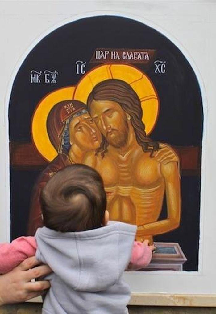 Παιδιά προσκυνούν άγιες εικόνες (ΦΩΤΟ) - Tilegrafimanews