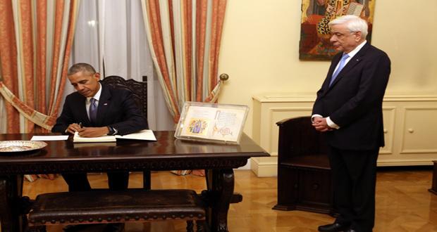 O Πρόεδρος της Δημοκρατίας Προκόπης Παυλόπουλος (Δ) παρακολουθεί τον πρόεδρο των ΗΠΑ Μπάρακ Ομπάμα (Α) να υπογράφει το βιβλίο Υψηλών Επισκεπτών, πριν το επίσημο δείπνο, στο Προεδρικό Μέγαρο, στο πλαίσιο της διήμερης επίσκεψης που πραγματοποιεί ο πρόεδρος των ΗΠΑ στην Αθήνα, Τρίτη 15 Νοεμβρίου 2016. ΑΠΕ-ΜΠΕ/ΑΠΕ-ΜΠΕ/Αλέξανδρος Μπελτές