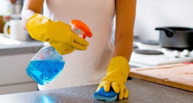 Αποτέλεσμα εικόνας για καθαριστρια καθαριζει με σπρει